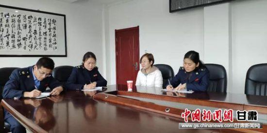 永靖县税务干部到企业了解税收优惠政策落实情况。