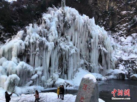 冰瀑景观吸引游客观赏拍照。王文霞 摄