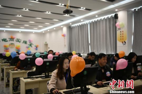 图为榆中县电子商务中心内,工作人员工作。 赵江梅 摄