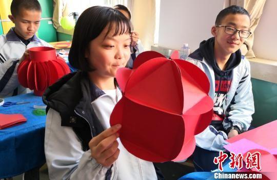 图为兰州市一学校学生开展元宵节主题活动,同学们做灯笼。(资料图) 刘玉桃 摄