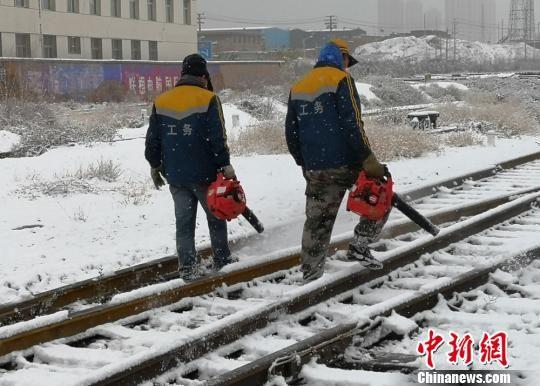 甘肃多地降雪降温阻出行 中铁兰州局启应急预案保畅通