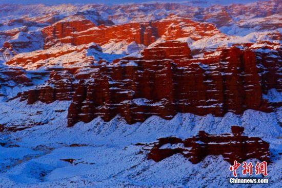 张掖平山湖大峡谷主要以红白和赭红色为主色调,多呈圆锥或柱状,峡谷幽深。王将 摄