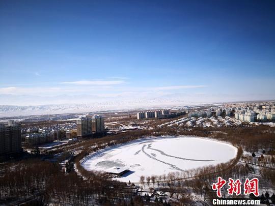 图为12月7日,俯瞰雪后银装素裹的甘肃嘉峪关市区。 冯志军 摄