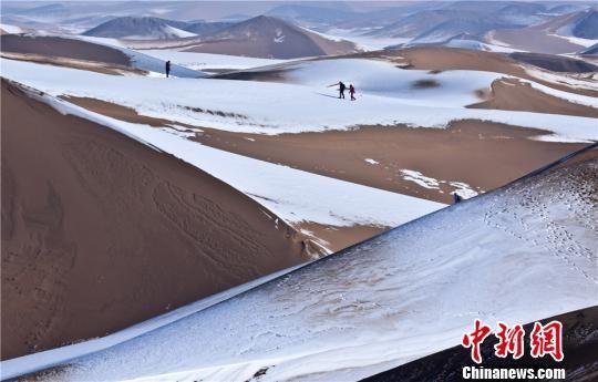 落满了白色积雪的沙漠宛若童话世界。 王将 摄