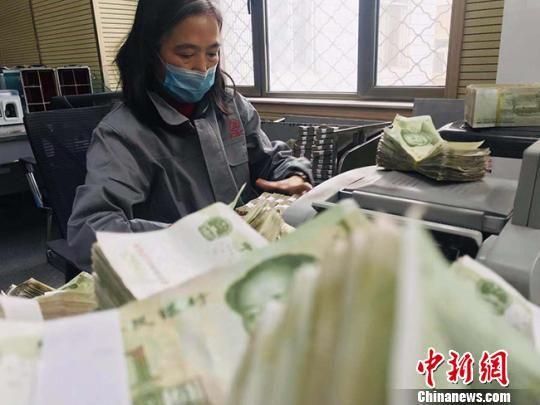 除机器清点外,人工清点零钞也是一项艰巨的工作。图为点钞员工作实况。 艾庆龙 摄
