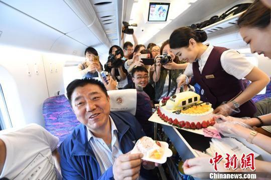 """2018年7月9日,宝(宝鸡)兰(兰州)高铁开通一周年,中国铁路兰州局集团兰州客运段的列车员在D2656次动车组列车上举行""""生日Party""""庆祝。(资料图) 杨艳敏 摄"""