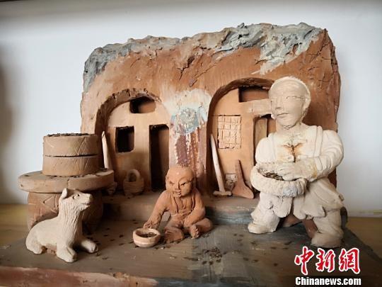 图为刘泉泥塑的有关黄土高原窑洞及祖辈生活。 魏建军 摄