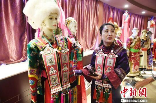 杨海燕讲述传统裕固族服饰的保护与发展历程。 杨艳敏 摄