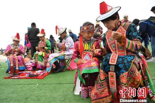 图为甘肃肃南裕固族自治县举办裕固族传统活动,当地民众身着艳丽传统服饰参与其中。(资料图) 杨艳敏 摄