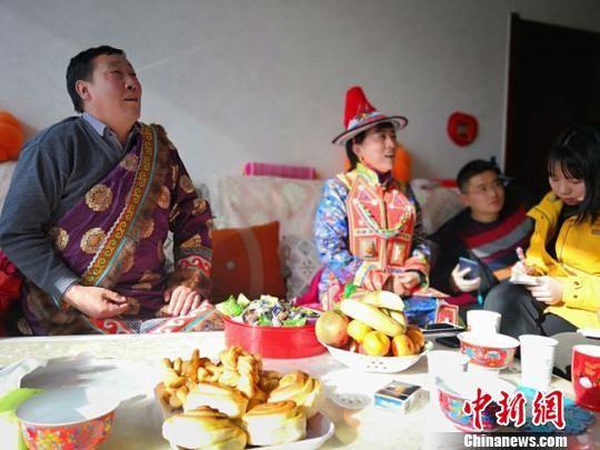 图为裕固族牧民安建国和妻子杜凤莲向记者讲述,草原牧场和定居生活的今夕变迁。 冯志军 摄