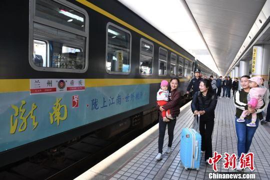 2017年9月29日,兰州开往重庆的首发列车K4518车次出发,标志着历时9年建设的兰渝铁路全线开通运营,成为连通陆路、海上丝绸之路和渝新欧大通道的重要组成部分,并成为与京广线、京沪线并列的三条纵贯南北的铁路大动脉之一。(资料图) 杨艳敏 摄
