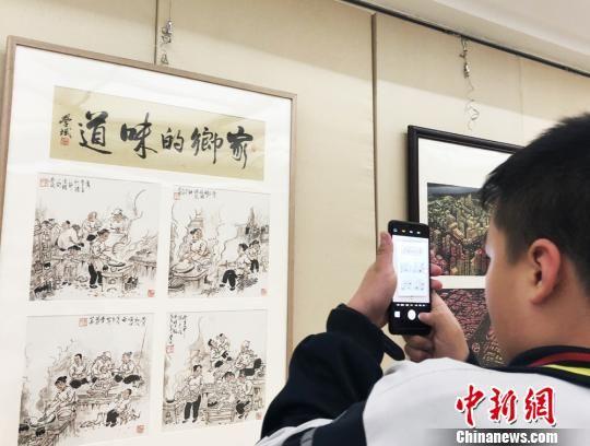 """图为展览吸引当地民众前来参观,回忆""""老时光""""。 徐雪 摄"""
