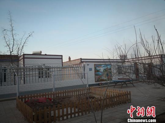 图为双湾镇建成了崭新的房屋和整齐的街道,农村人居环境大为改观。 崔琳 摄