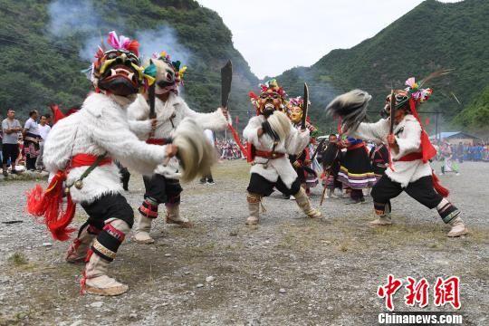 图为甘肃陇南文县白马藏族村落演绎传统舞蹈。(资料图) 杨艳敏 摄
