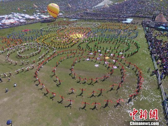图为甘肃甘南草原上的锅庄舞表演。(资料图) 杨艳敏 摄