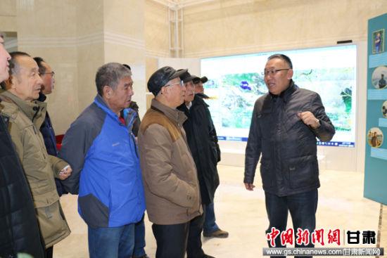 图为离退休党员参观中国兰州留学人员创业园。