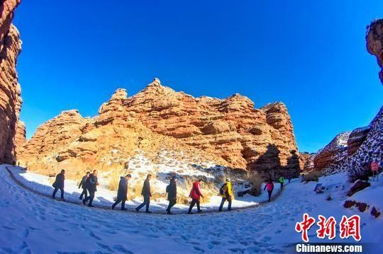 图为蓝天下的雪地马拉松赛。 张啸天 摄