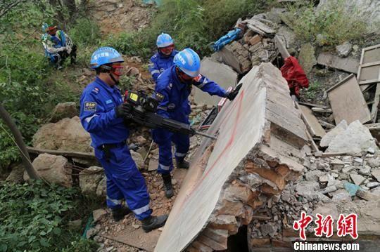 图为甘肃蓝天救援队队员培训救灾技能。(资料图) 甘肃蓝天救援队供图 摄