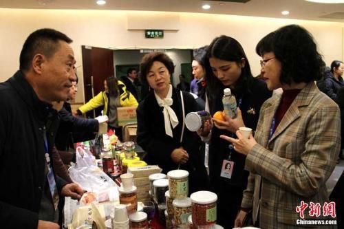 山丹县农特产品展销会共有100多种农特产品参展。张旭 摄