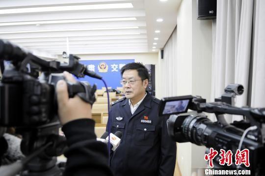 图为甘肃省交管局秩序一处处长罗建宏向媒体介绍查处交通违法行为的情况。史静静 摄