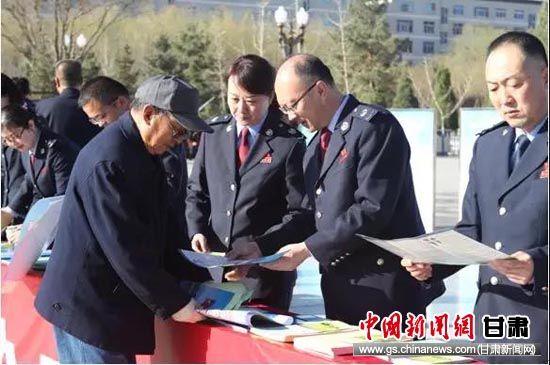 樊晓诚和同事们在张掖中心广场为纳税人开展个税新政宣传。