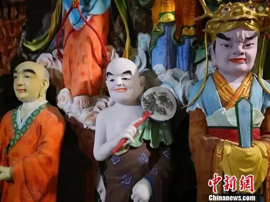 八百尊佛像当中每一尊佛像都是有姓有名,有五方佛菩萨、十六众菩萨、十童子、十金刚、十飞天以及诸多尊者总计800余位。 李亚龙 摄