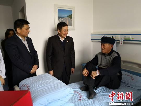 中国侨联顾问、中国华侨公益基金会理事长乔卫和甘肃省委统战部副部长万泽刚一行看望患者,祝愿他们早日康复,重见光明,幸福生活。 丁思 摄