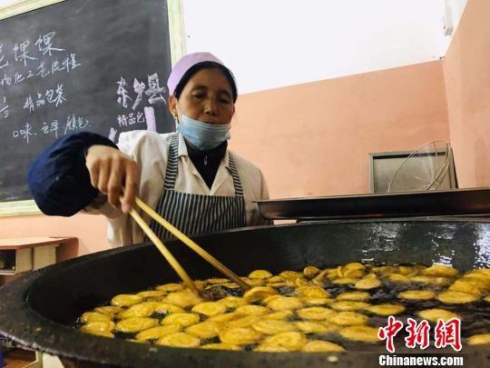 临夏州布楞沟村民在巾帼扶贫车间制作油炸��。(资料图) 艾庆龙 摄