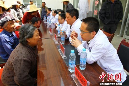 图为专家义诊。(资料图) 甘肃省人民医院供图 摄
