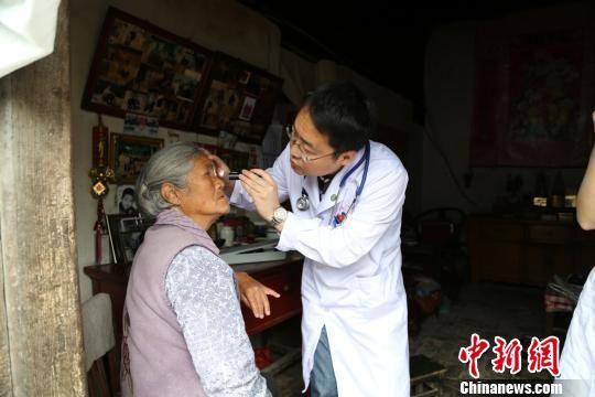 图为专家入村入户义诊。(资料图) 甘肃省人民医院供图 摄