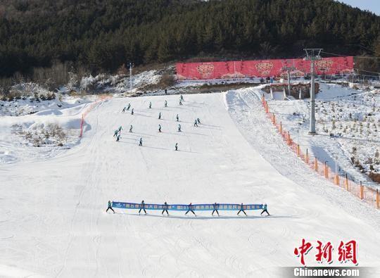 图为滑雪场开幕式 表演。 南如卓玛 摄