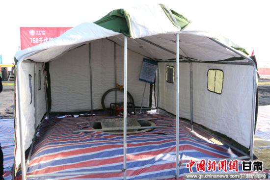 三九天施工,为防止洪凝土冻裂,施工人员在基坑周围搭建帐篷保温。