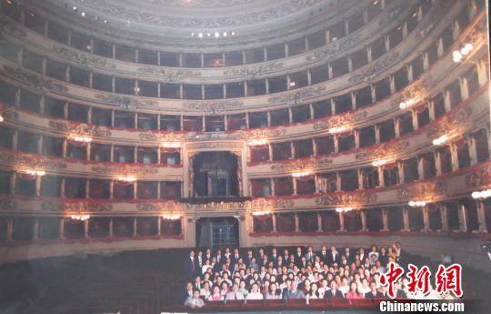 1982年,《丝路花雨》剧组受邀赴意大利斯卡拉大剧院演出,全团合影。 (资料图) 甘肃省歌舞剧院供图 摄