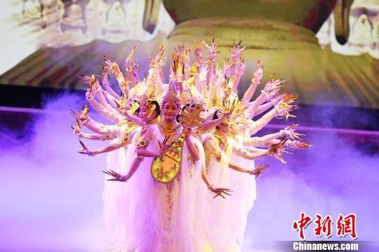 """2018年7月25日晚,2018・兰州旅游版舞剧《丝路花雨》在兰州首演,这意味着享有""""中国第一舞剧""""美誉的《丝路花雨》在兰州开启常态化演出,更多观众可近距离感受古老敦煌的魅力。(资料图) 杨艳敏 摄"""