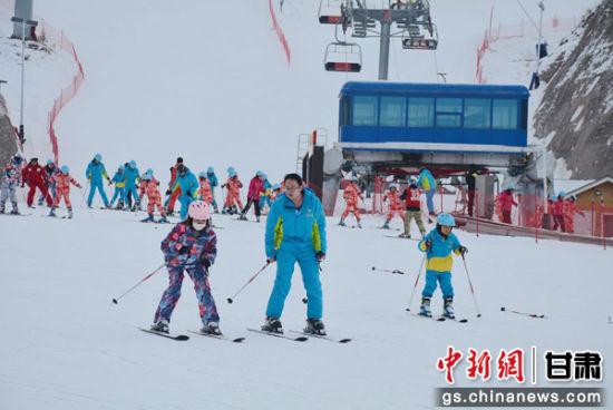 图为教练指导学生滑雪。通讯员 郭红 摄