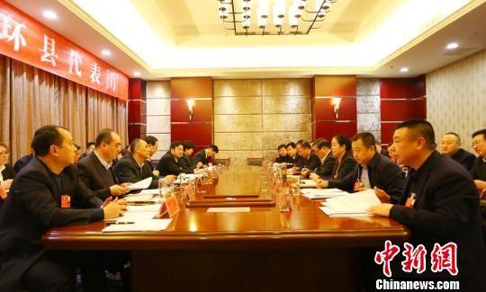 1月15日,甘肃省庆阳市第四届人民代表大会第四次会议继续进行,图为环县人大代表团小组讨论会。 冯志军 摄
