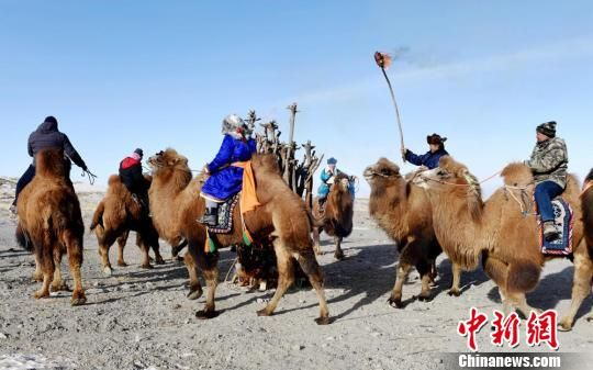 图为骆驼骑手点燃圣火、诵祝赞词。 朱蕊 摄