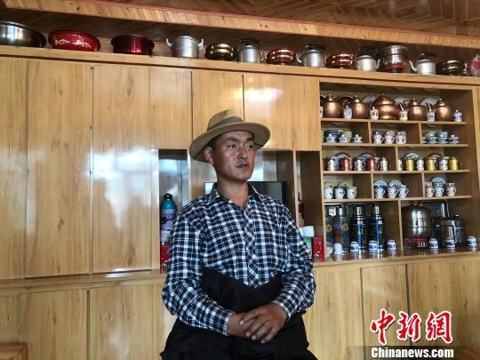 图为甘南藏族自治州合作市大绍玛村一村民家中陈设整洁有序。(资料图) 徐雪 摄