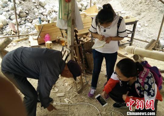 图为兰州交通大学教授黄跃昊及团队走访甘南州舟曲县南峪村老木匠。(资料图) 张娜 摄