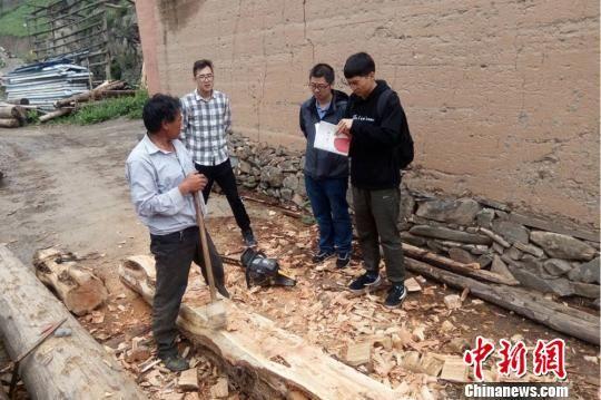 图为兰州交通大学教授黄跃昊及团队走访甘南州卓尼县卓洛村传统木匠。(资料图) 张娜 摄