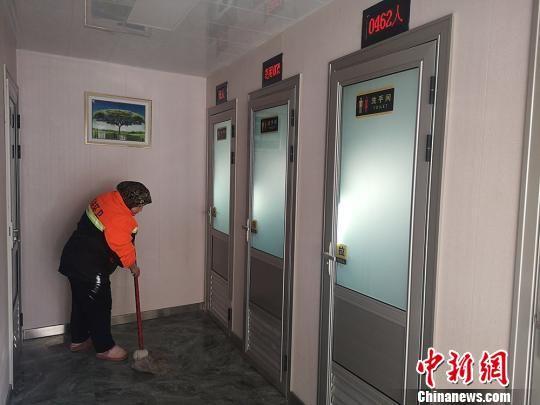 图为生态厕所管理员正在打扫厕所。 高康迪 摄