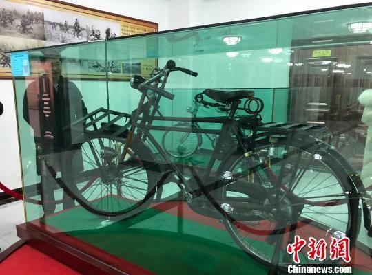 图为市民免费参观古董自行车博物馆。 南如卓玛 摄
