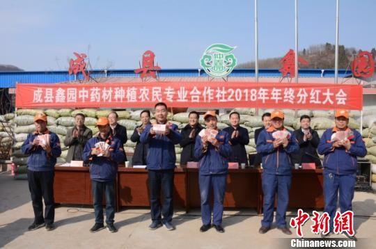 图为领到分红的民众。 陈海龙 摄