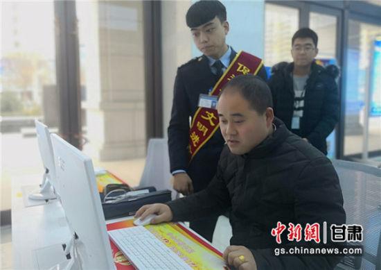 图为甘肃纳税人学习网上办税业务。(资料图)魏建军 摄