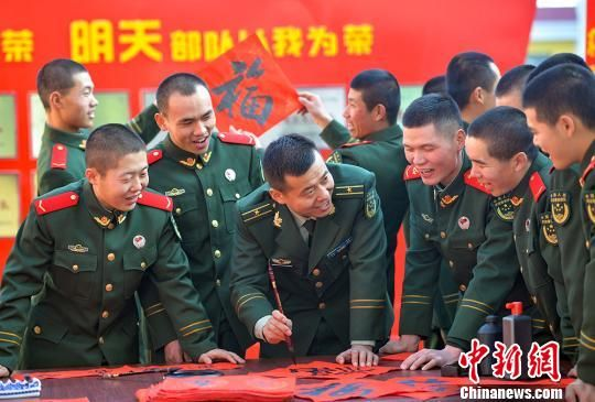 图为武警甘肃省总队兰州支队执勤一中队官兵自己动手写对联,欢天喜地迎新春、过大年。 侯崇慧 摄