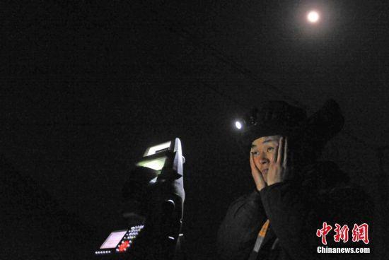 寒夜里陪伴他们的只有月光。 杨艳敏 摄