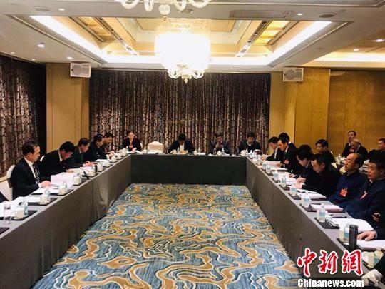 """正在进行的甘肃""""两会""""期间,甘肃省政协委员聚焦农业发展,围绕如何建设和发展现代农业建言献策。图为农业组小组会议。 艾庆龙 摄"""