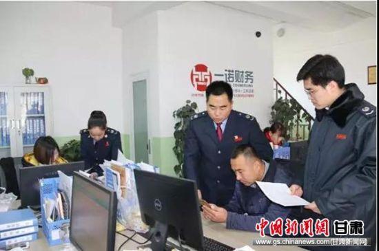 祁永强和同事到一诺财务公司宣传个税新政。