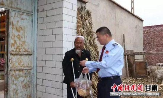 红古区税务局党委书记、局长徐圣恩看望马林老人。