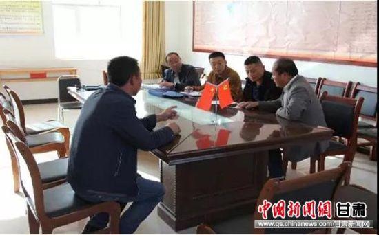 红古区税务局和村委会干部们商议筹建文化广场。
